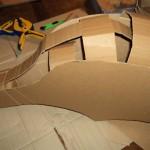 Procédez avec d'autres bandes pour renforcer le dessus du casque. Collez une longue bande qui part du nez jusqu'à l'arrière. Renforcez le devant du casque avec une bande collée sur le museau qui englobe chaque côté et la longue bande.