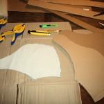 Dessinez la forme sur du papier, que vous découperez puis appliquez la sur du carton afin d'en dessiner les contours. Découpez à côté des bandes de 30 cm de long environ et de 5 cm de large