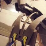 à l'aide de pinces et du pistolet à colle, disposez les piques sur la bande de la crête.